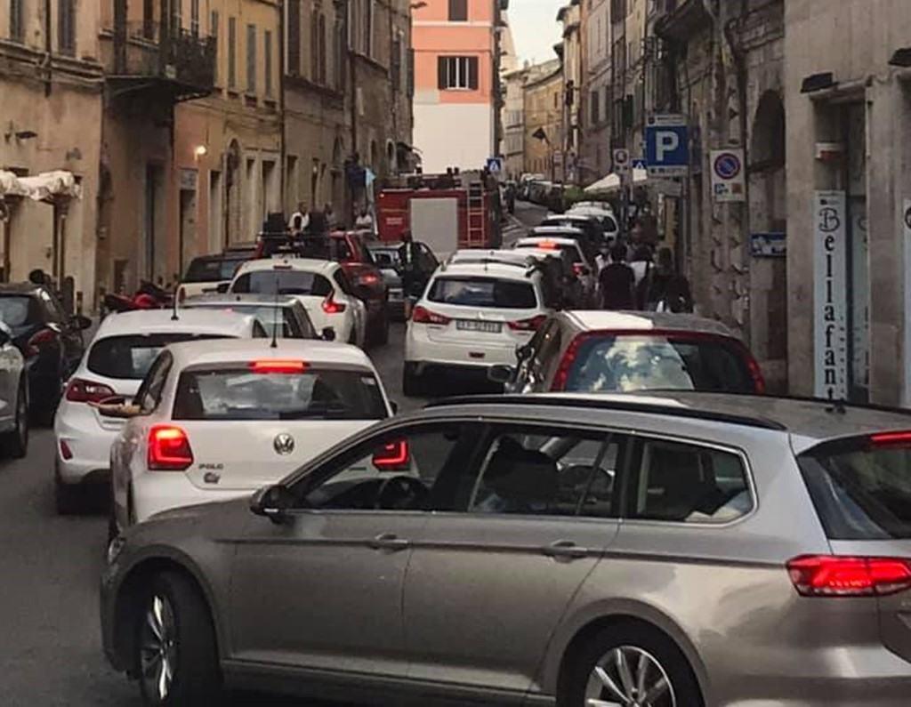 Sosta selvaggia a Perugia, camion pompieri bloccato, scattano multe