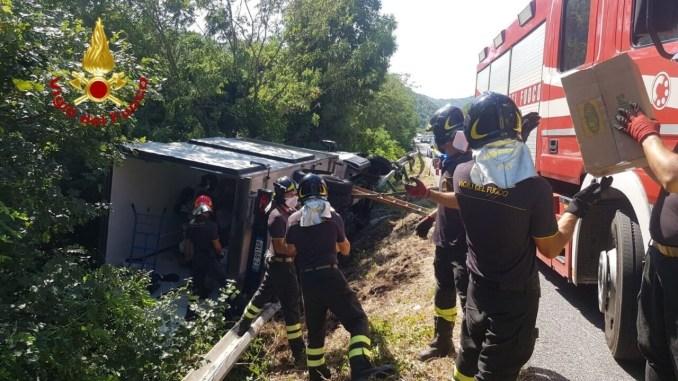 Camion con cella frigorifera si ribalta, incidente stradale a Spoleto