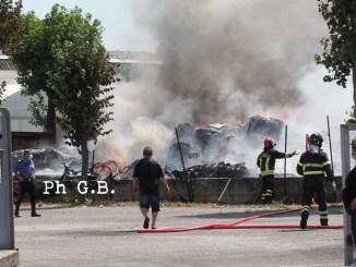Incendio a Sant'Andrea, a fuoco officina meccanica in via Sandro Penna