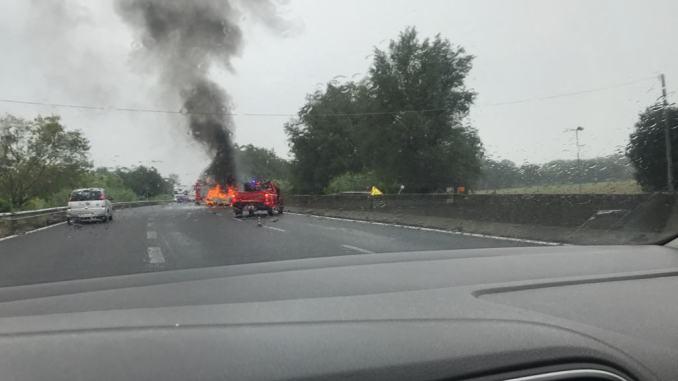 Incendio auto sulla E45, utilitaria completamente in fiamme