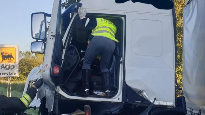 Incidente stradale sulla A1, sbanda tir, autista ferito e in ospedale a Perugia
