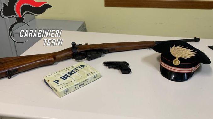 Bimba cade, carabinieri indagano in casa, e trovano armi non denunciate