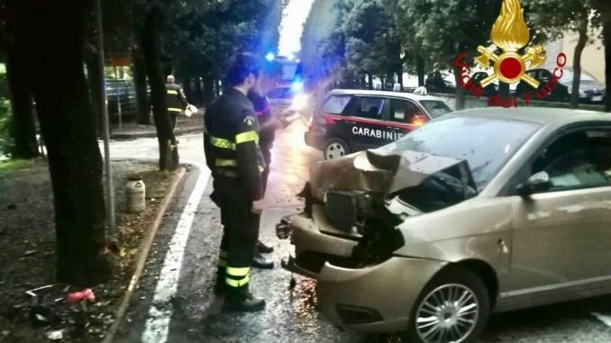 Incidente stradale a Gubbio, fa tutto da solo e si schianta su un albero
