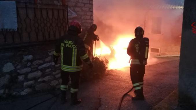 Auto a gas in fiamme a Collesanto di Magione, Vigili del fuoco scongiurano pericolo