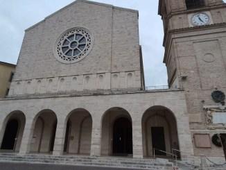 Entrano con la bicicletta in chiesa a Bastia umbra e si mettono a gridare