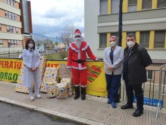Babbo Natale porta doni ai bambini di Pediatriadi Terni