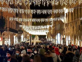Perugia, in centro la folla dei grandi eventi? Segnalati assembramenti e gente senza mascherina