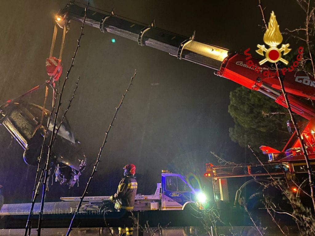 Volano in una scarpata sulla Flaminia, tragedia sfiorata a San Carlo