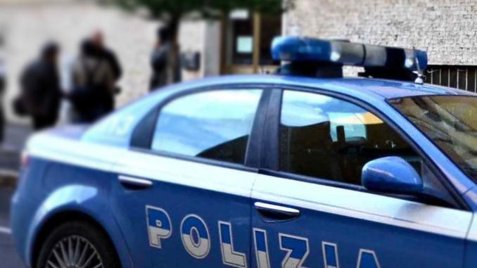 Agenti sventano suicidio, tenta di impiccarsi a 23 anni, la Polizia lo salva