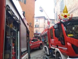Incendio a Perugia, vigili del fuoco salvano donna, sta bene