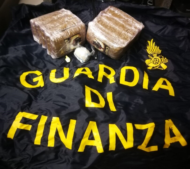 Droga a Ponte San Giovanni, Guardia di Finanza sequestra un chilo di hashish