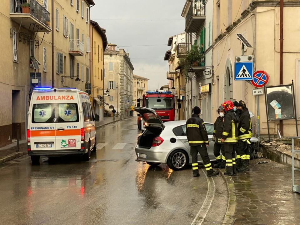 Incidente a Magione, ferita ragazza, conducente inveisce contro carabinieri
