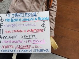 """Liceo musicale Mariotti, protesta e """"canto"""" davanti all'istituto perugino"""