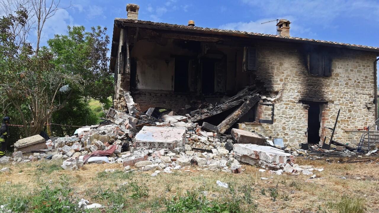 Esplosione nella notte, salta in aria una casa nel Gualdese, un morto e tre feriti