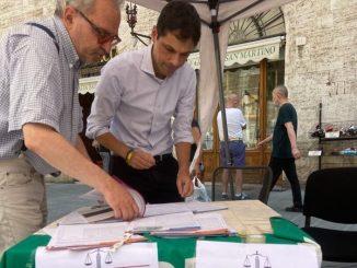 Sindaco di Perugia, Andrea Romizi, firma per il referendum giustizia