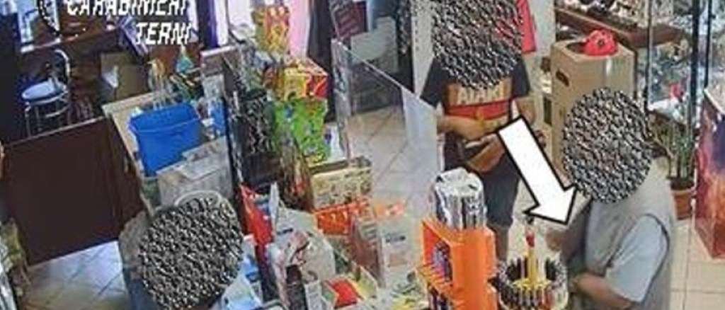Ruba scatola di cartone con soldi in una tabaccheria, denunciato