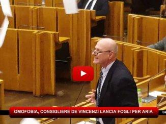 Legge su Omofobia, bagarre in aula e consigliere De Vincenzi lancia fogli per aria