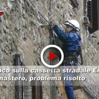 Fuoco sulla cassetta stradale Enel nella facciata del Monastero, il video