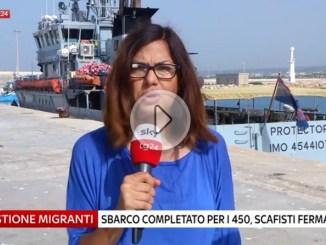 Migranti, sbarco completato a Pozzallo in Sicilia. Fermati scafisti