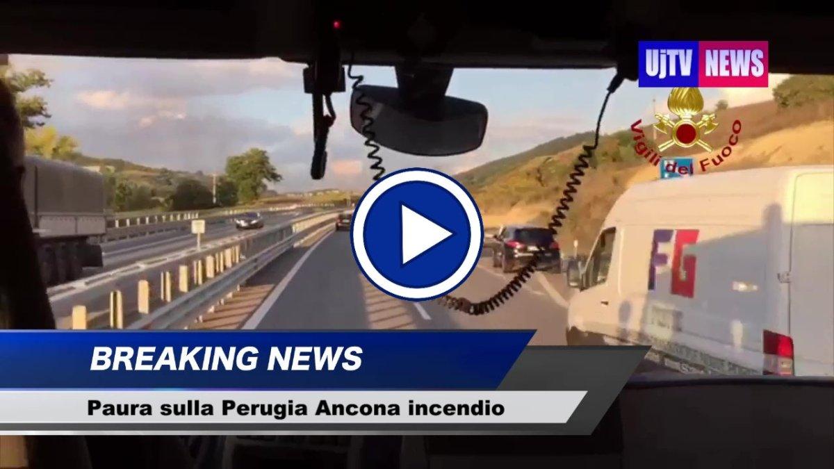 Il video dell'auto che va a fuoco lungo la Perugia Ancona viaggio con i Vigili del fuoco