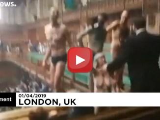 Manifestanti sul clima, mezzi nudi, fanno irruzione nel Parlamento britannico il video