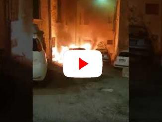 Incendio nella notte, auto in fiamme in centro a Perugia, il video dello scoppio