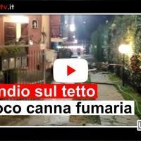 Video dell'intervento sul tetto di una casa, incendio canna fumaria a Castel del Piano