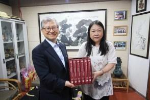 崔溶澈教授从系主任潘碧华副教授手上接过马来译本《红楼梦》。
