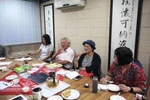 尤煌杰教授(左二)及潘小慧教授(右二)对本系期刊提出改善建议。