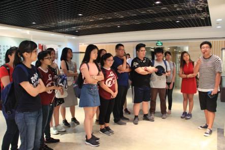 同学们到山东大学的校史馆参观。