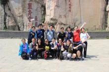 同学们在泰山拍照留念。