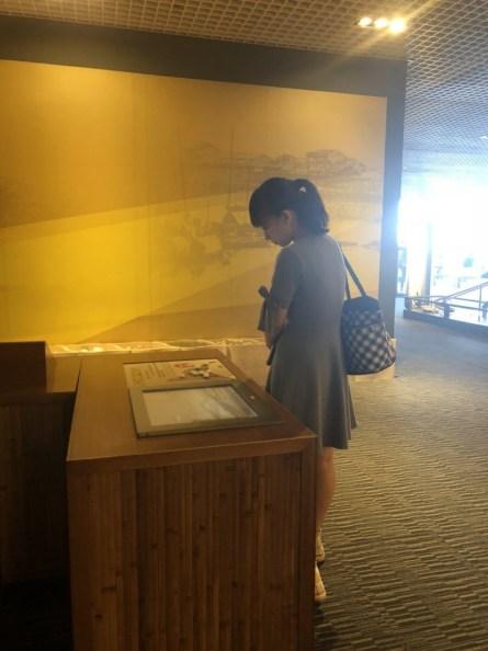 学生马瑛正在看博物馆里的介绍板。