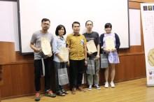 诗歌班优秀学员与吕育陶导师合照。