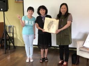 系主任潘碧华副教授(右)颁发纪念品予朱天心老师(中),左为珮文老师。