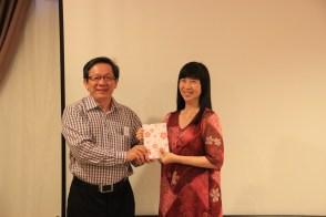 祝家丰老师(左)颁发奖品予孙彦庄(左)老师。