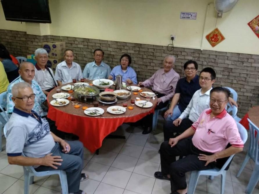 何启才老师与主办及协办单位代表共用午餐。右起:马来西亚21世纪联谊会代表方山先生,华侨大学马来西亚研究中心主任钟大荣博士,马来亚大学中文系高级讲师何启才博士,海鸥集团主席陈凯希先生,马来西亚道理学院院长王琛发教授。