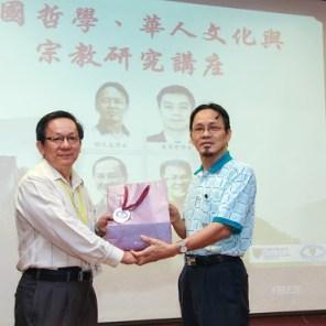 祝家丰博士(左)颁发感谢状与纪念品给郑文泉博士(右)。