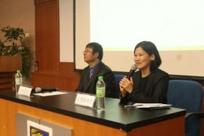 本系高级讲师王秀娟博士(右)对苗怀明教授(左)的研究方向和所获成就进行了简要介绍。