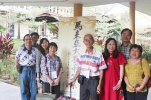 年长学员在登记报到后与一众深耕导师合照。左起为刘育龙、王修捷、马大中文系高级讲师蔡晓玲博士与学员。右起为马大中文系主任潘碧华博士、深耕散文班导师方路与两位学员。