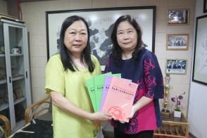 本系主任潘碧华副教授(左)将本系出版《马大华人文学与文化学刊》赠予台湾东吴大学代表沈惠如副教授(右)。