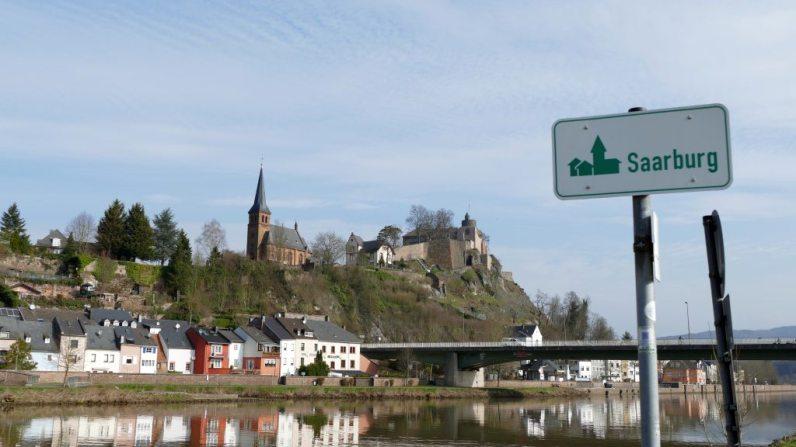 St. Laurentius und im Hintergrund die Saarburg