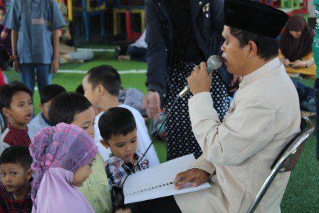 foto-saat-ketua-umum-lsm-ummi-maktum-voice-sedang-membaca-ayat-suci-al-quran-dengan-menggunakan-huruf-al-quran-braille-pada-kegiatan-pesantren-ramdhan-di-yayasan-al-muhajirin-suryalaya-26-juni-201