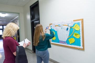 UMW students do a scavenger hunt to find principles of Universal Design for Learning (UDL) on campus. Photo by Jarred Cannon.