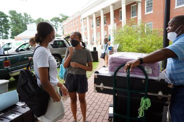 First-year student Cassidy Craven of Richmond (center) prepares to tote supplies into her residence hall room during UMW Move-In Day 2021, with sister Samantha and father David along to help. Photo by Suzanne Carr Rossi.