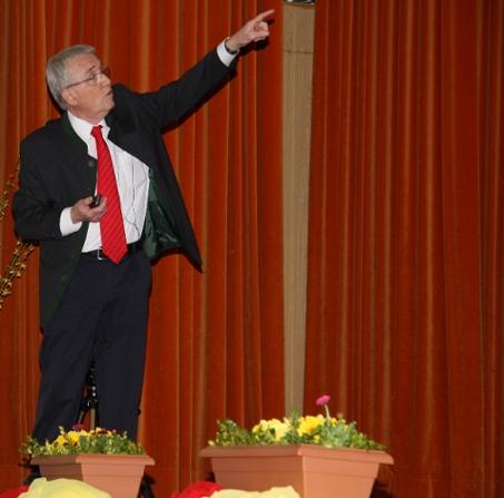 Dr. Friedrich Buer bei einem Vortrag über die Risiken der Windkraft