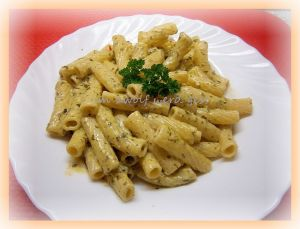 Thunfisch in Kräuter-Schafskäsesoße & Nudeln