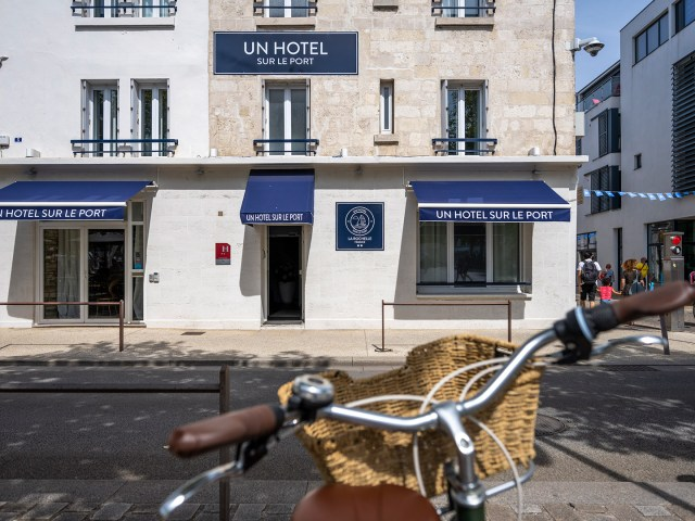 Un Vélo devant la façade Un Hôtel sur le Port - La Rochelle