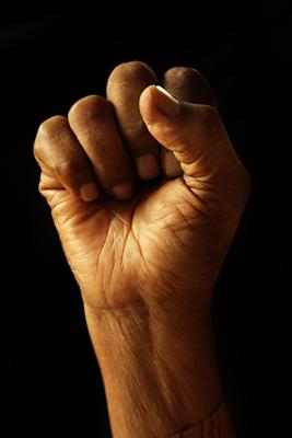 Une main fermée en un poing.
