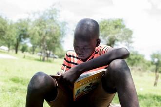 Un estudiante en Amokpiny lee su libro de inglés.