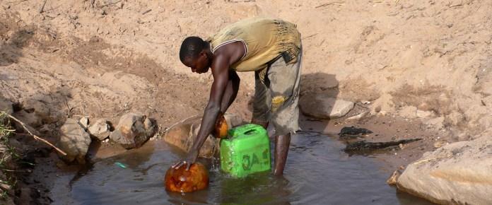Un hombre recogiendo el agua de un pozo en la pequeña ciudad de Segue, Malí. Foto ONU/Alejandra Carvajal.